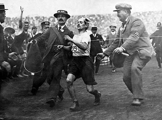 Джек Эндрю (управляющим делами Олимпийского марафона 1908 года), Дорандо Пьетри, доктор Майкл Балджер, медицинский работник, отвечающий за марафон